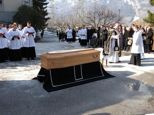 cercueil absoute écône.jpg